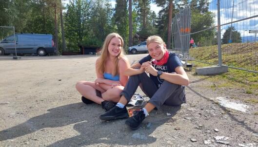 Guri Glåmen (t.v.) og Ida Halgunset venter på svar på koronatest.