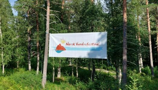 Norsk Vandrefestivals banner henger utenfor festivalområdet på Igltjønna.