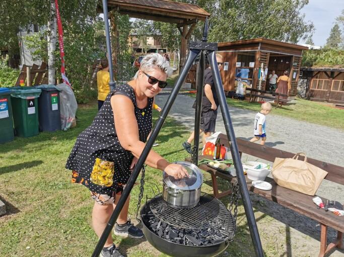 Britt Grete Moen kokkelerer på grillen