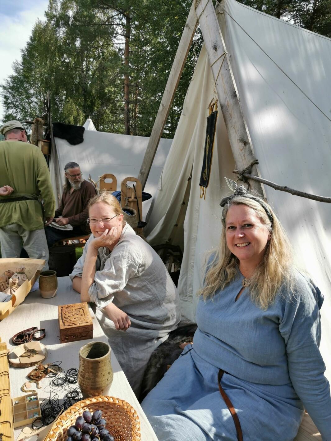 Vikingemarked: Hilde Ødegård og Birgit Fagerli selger smykker med motiv fra vikingetida