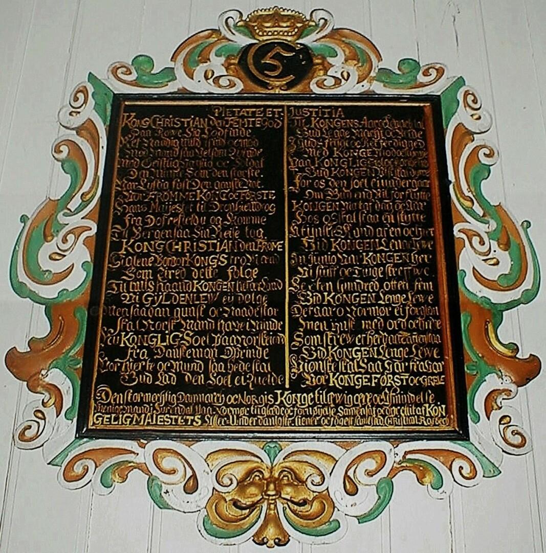 Diktet på «Kongetavla» i Mo fortel om Christian V si reise gjennom Surnadalen i 1685.