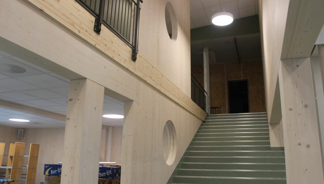 En av trappene opp til 2. etasje. Ned til venstre vil biblioteket være