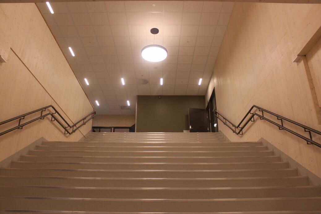 Bred trapp opp til 2. etasje