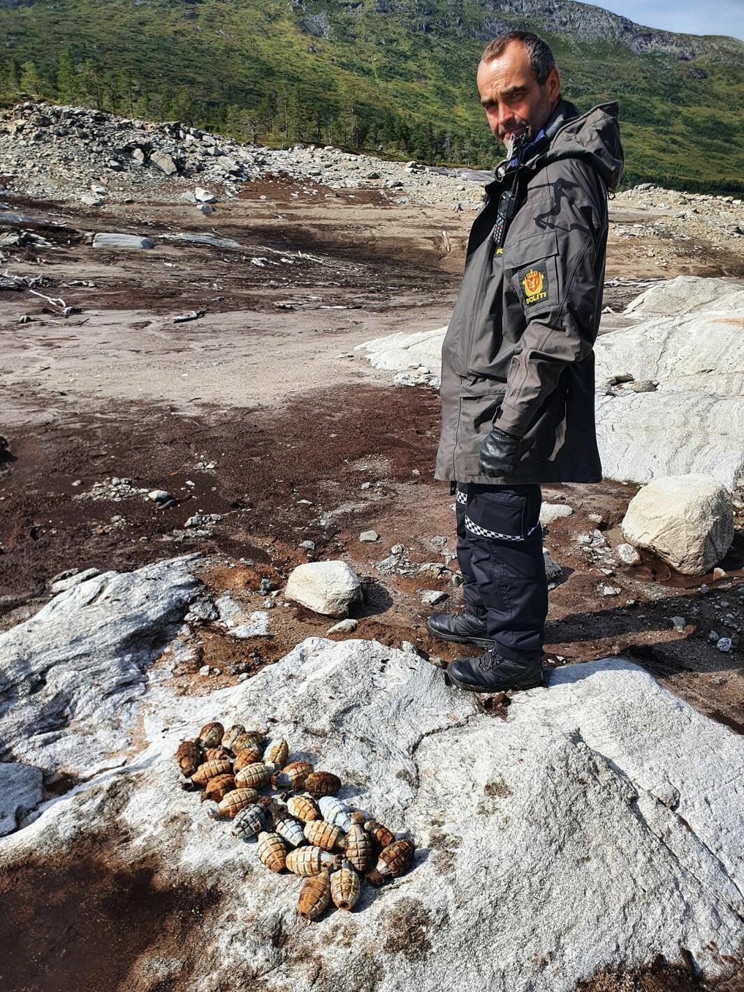Etter tips fra fiskere fant politiet 28 granater i den nå nedtappede Gråsjøen mandag.
