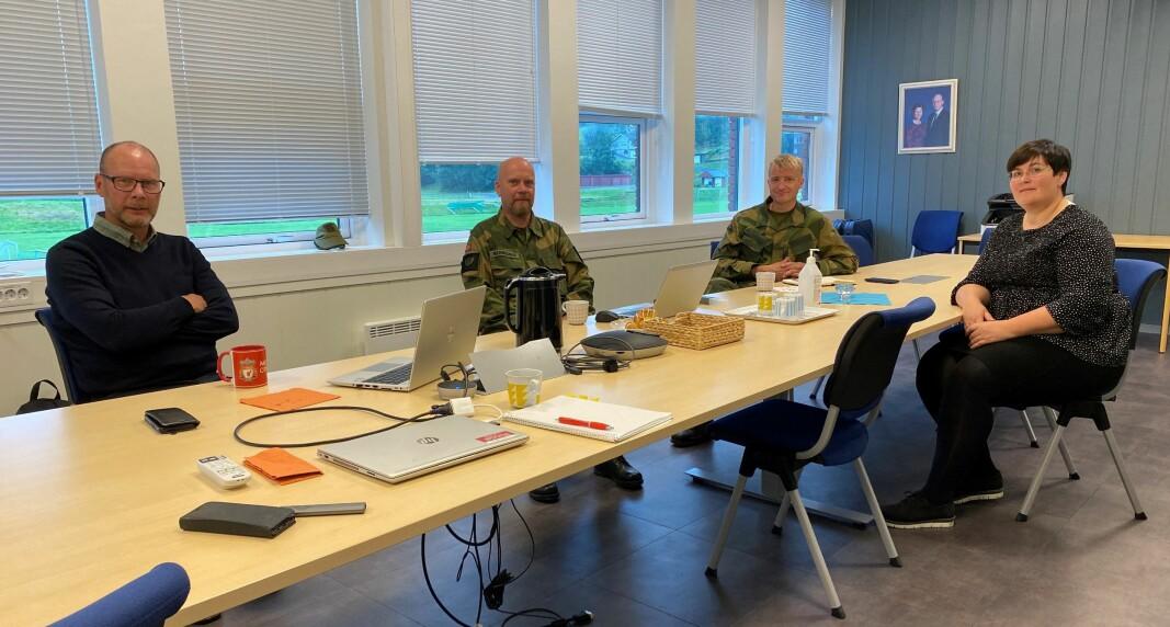 F.v. Kommunedirektør Mons Otnes, liaisonoffiser John Arnold Merkesnes, NK for Heim Heimevernsområde Daniel Hellem og ordfører Vibeke Langli.
