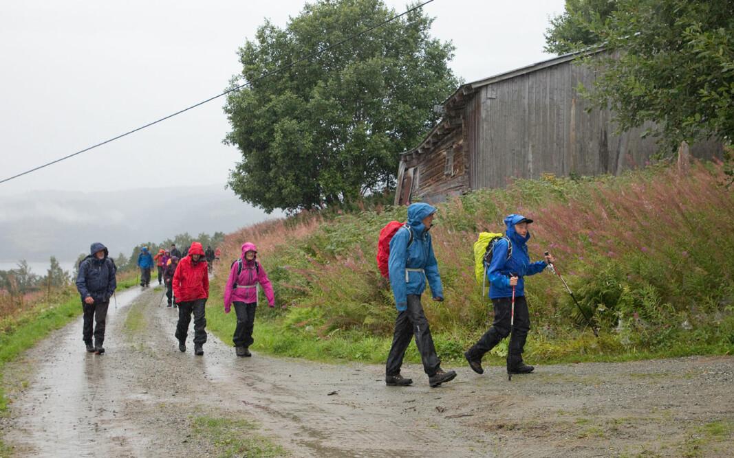 27 turgåere trosset regn og skodde og tok fatt på turstien fra Gjømsan.