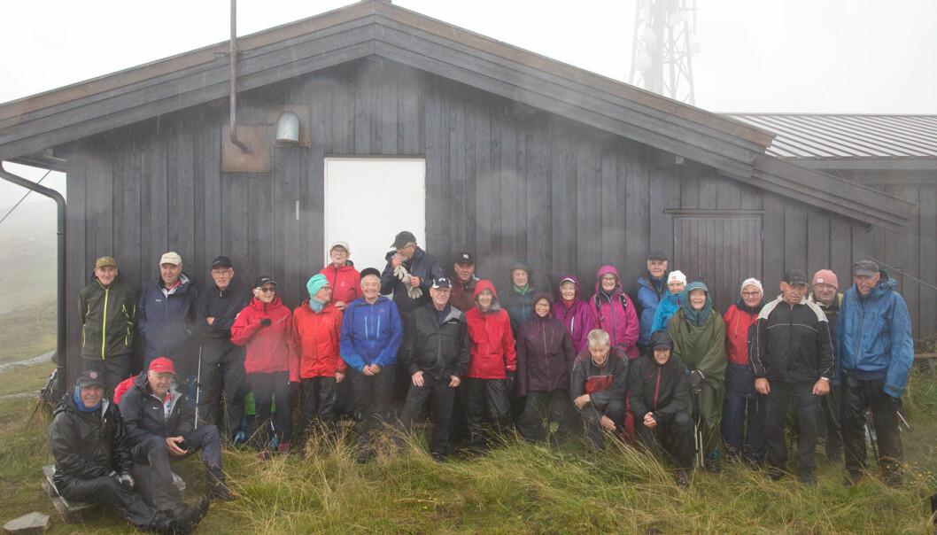 Det regnet ekstra kraftig da gruppebildet ble tatt. Regndråpene slo mot kameralinsa. Noe som vises på bildet.