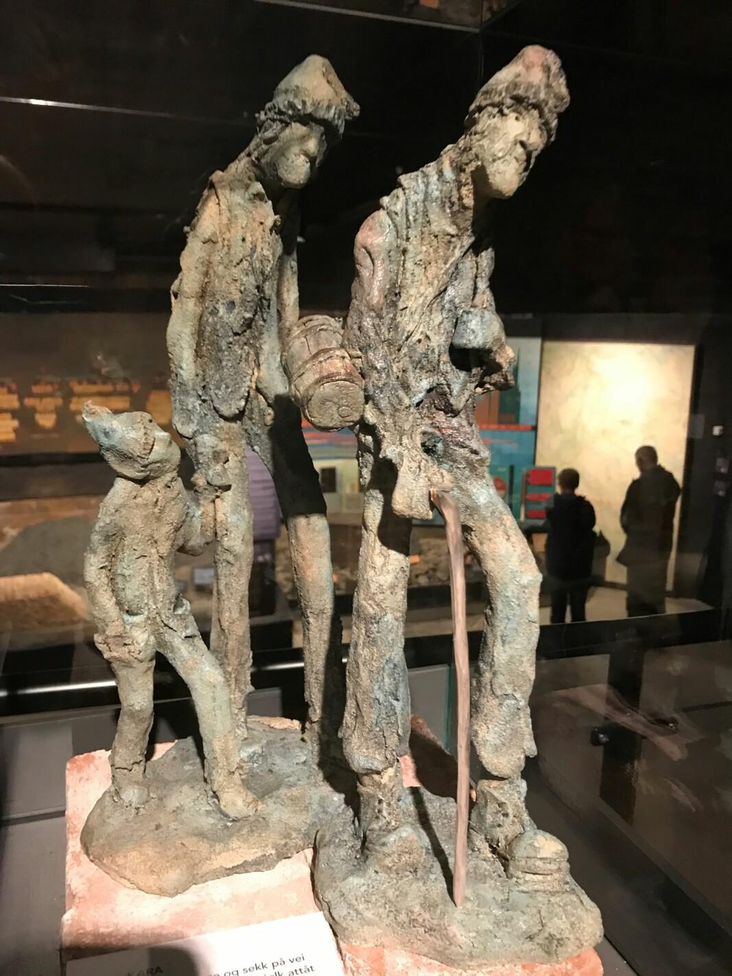 Barnearbeid var vanlig. Fra 7 år vasket barna stein. Kunstneren Per Sverre Dahl har laget figurene.