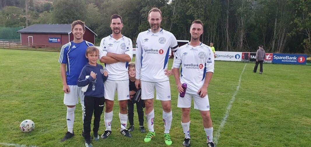 Søyas målscorere mot Batnfjord: Stein Todalshaug (f.v.), Webjørn Holten (to mål), Jostein Kvendset og Vegard Kvande Moen (tre mål). Maskotene Niklas og Jakob var også fornøyde med storseieren!