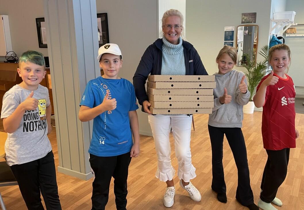Klar tommel opp frå femteklassingane då Liv Dalsegg kom med pizza på vegne av SpareBank 1 Nordmøre.