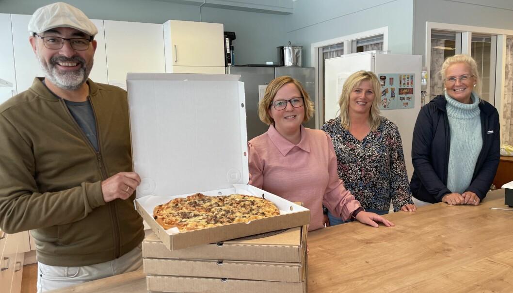 Torsdag er det 7. trinn sin tur til å få pizza av SpareBank 1 Nordmøre og Liv Dalsegg (t.h.).