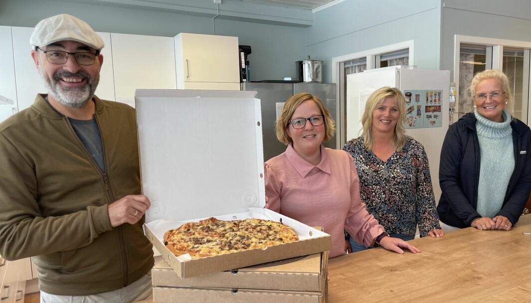 Lars Sæther (f.v.), Hilde Staveli Solli, Brit Røsand og Liv Dalsegg ønska ungdommane velkommen på pizzakveld torsdag.