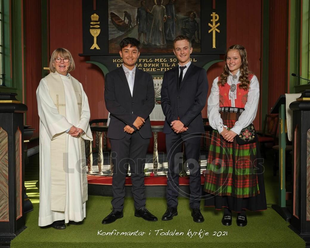 Konfirmanter i Todalen kirke 2021. Foran fra venstre: Prest Kristin Strand, Van Adrian Hadraque Ansnes, Johan Ranes og Edel Therese Karlsen