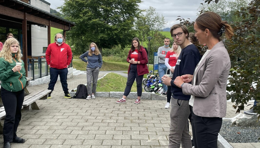 Dordi Boksasp Lerum (t.v.) diskuterer med rektor Hilde Andersen (t.h.).