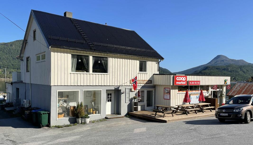 Flagget var tidleg på plass da Samvirkelaget på Bølandet starta 75-årsfeiringa laurdag.