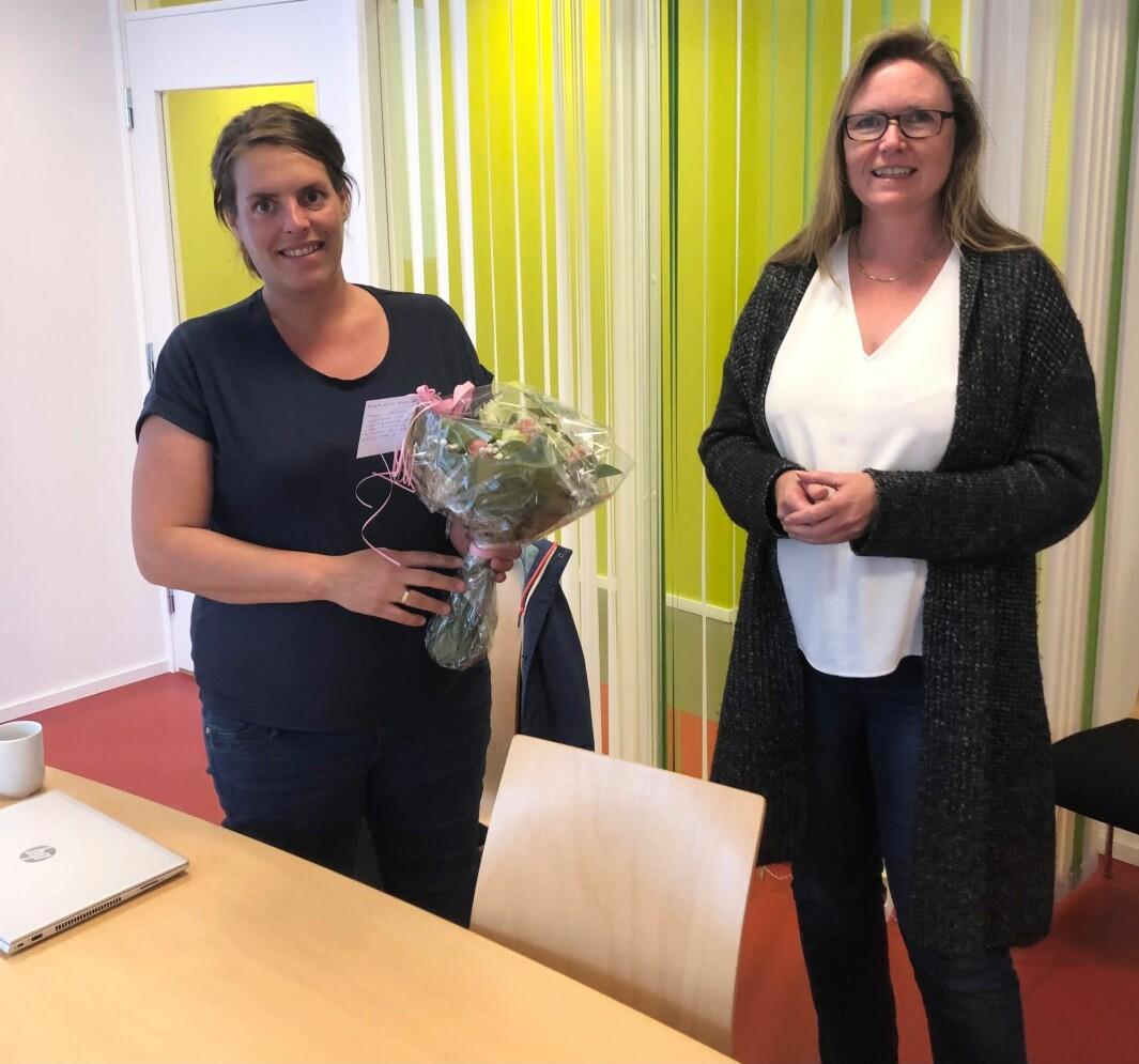 Vaksinekoordinator Gunn Heidi Ansnes får velfortente blomster av kommunalsjef Gunhild Eidsli.