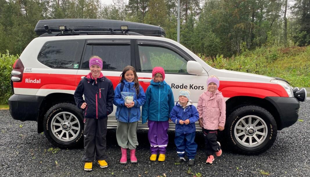Kristin, Live, Oda, Helle og Jakob med pengeposen til Røde Kors.