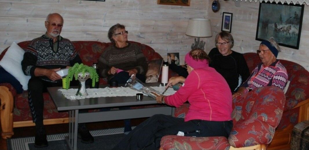 <strong></strong>Svein, Brynhild, Mali, Ingrid og Elen koser seg med nistemat.<strong></strong>