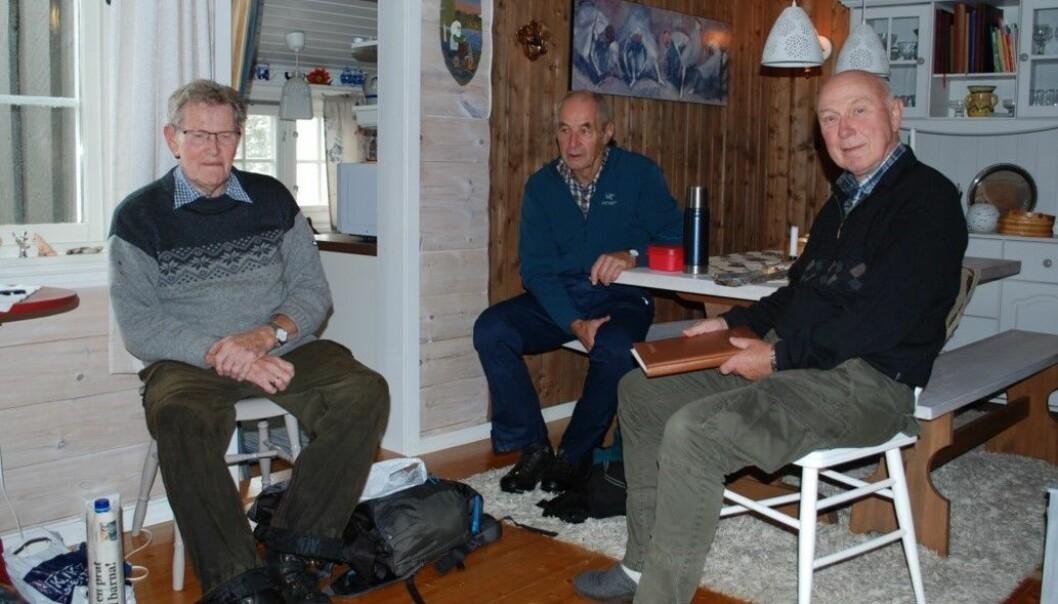 Sverre, Gudmund og Tor Magne nyter kaffepausen.