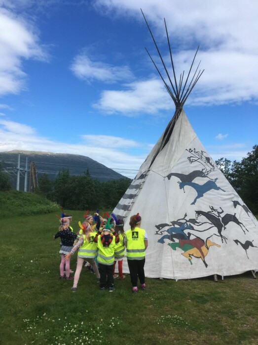 Sigbjørn Børset kjem med tipi og viser fram indianarkulturen.