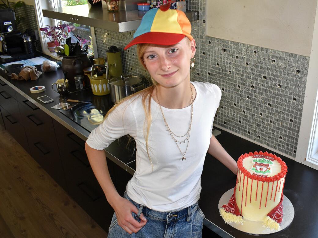 Uma Børset Bekken har bakt Liverpool-kake til en heldig konfirmant