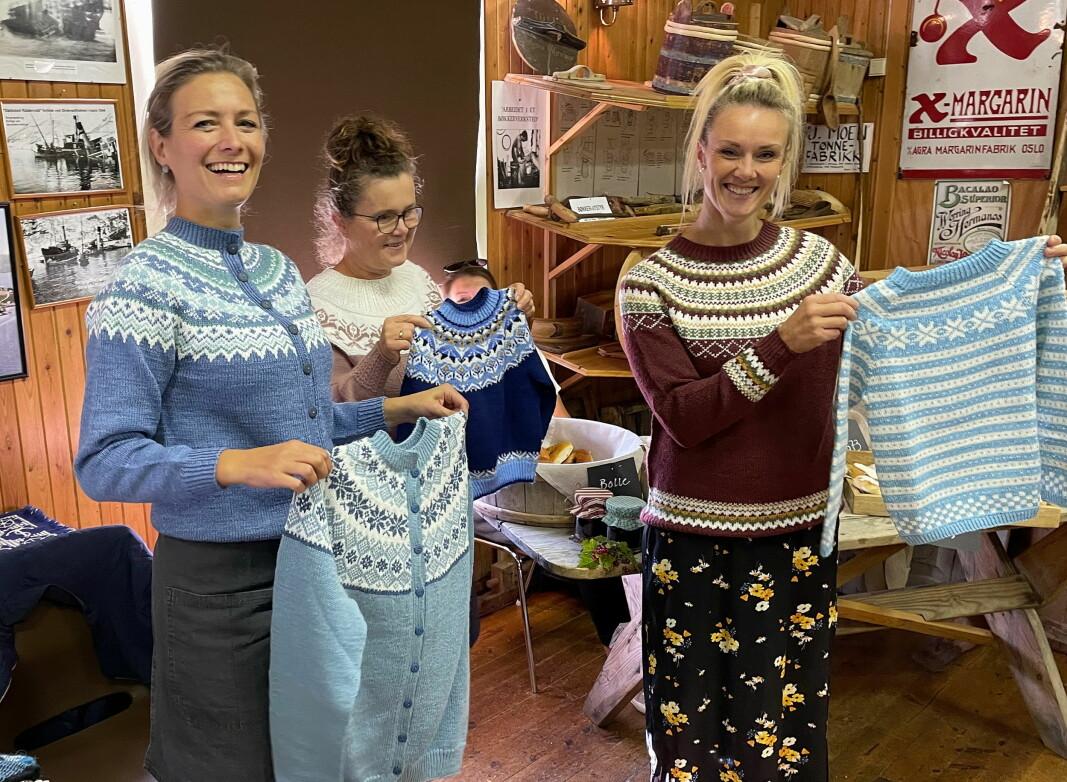 Mannekengane Gunnhild Vetleseter Bøe (frå venstre), Gunhild Bøklep Bøe og Gjertrud Heggem viste flotte strikkaprodukt laga av Johanne Holten.