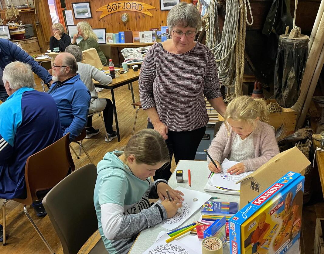 Emilie og Liv Aurora kosa seg med fargeleggingsoppgåver. Bestemor Randi er imponert.
