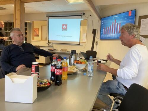 Talgø-sjef Terje Talgø (t.h.) orienterer Fellesforbundet-leder Jørn-Henning Eggum