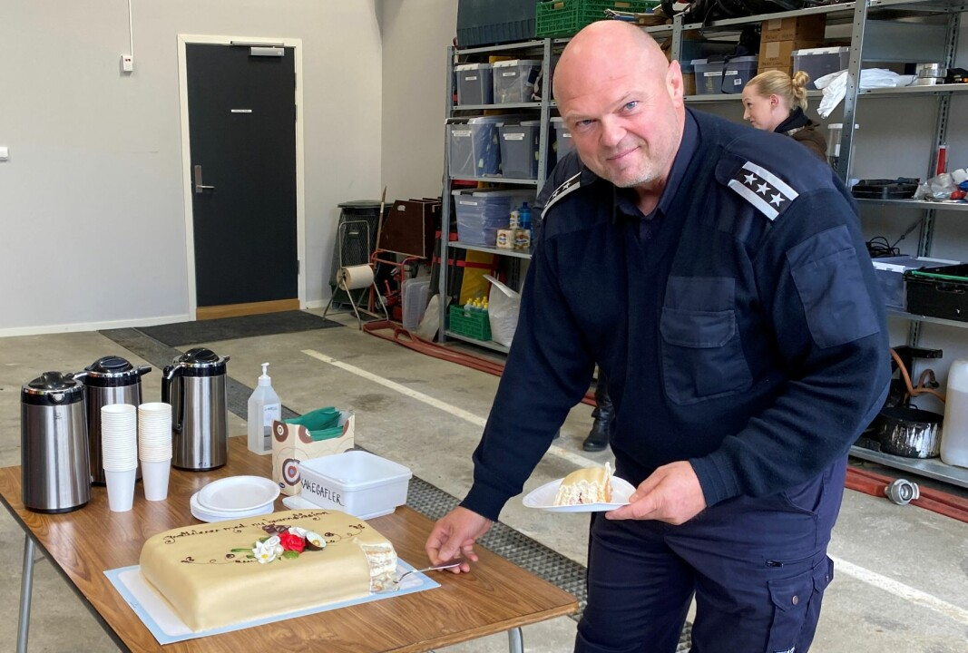Brannsjef Tor Arne Moen forsyner seg med kake.