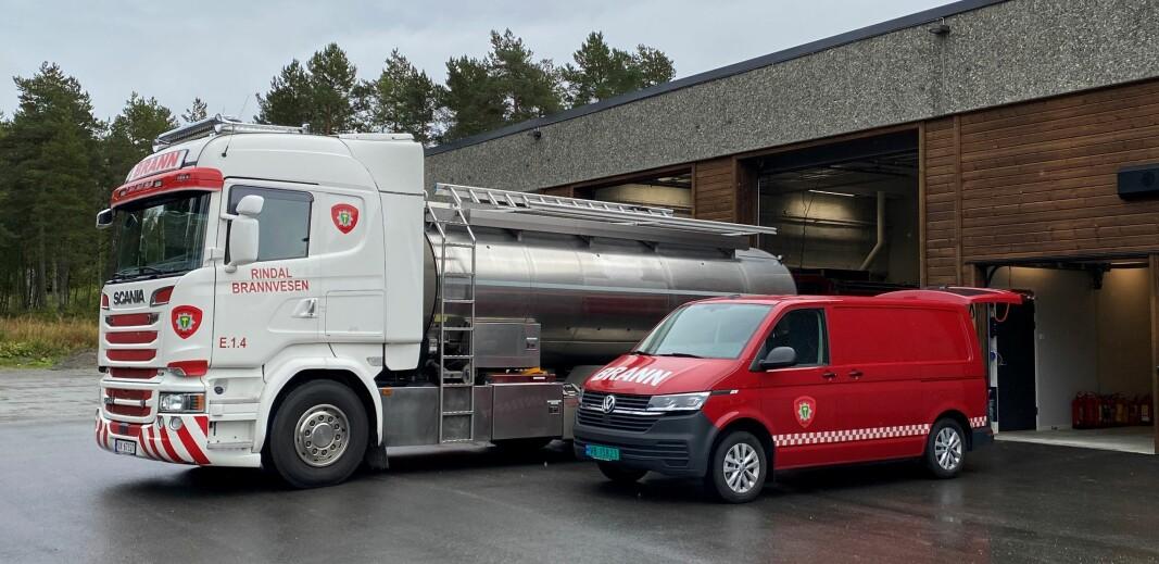 Rindal brannvesen sin nye tankbil foran brannstasjonen.