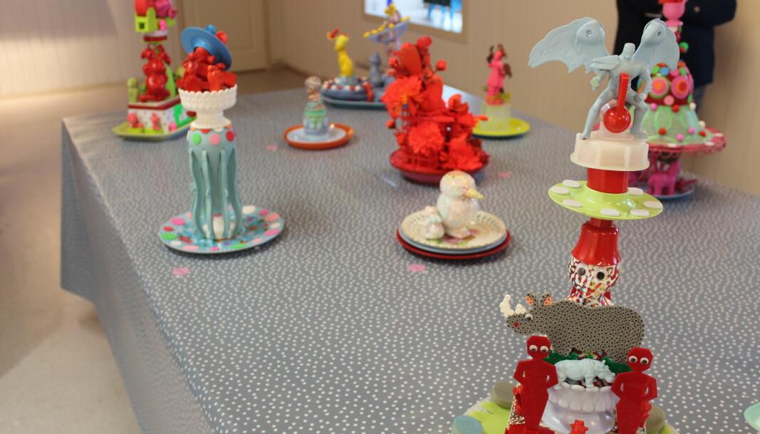 Skulpturer laget av mange forskjellige gjenstander. Fargene på tegningene på veggene og skulpturene gikk fint sammen