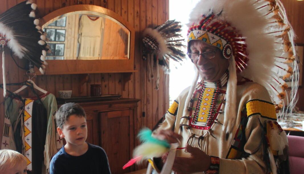 """Sigbjørn """"Slappefot"""" Børset hjalp nysgjerrige unger med å lage indianerhodepynt"""