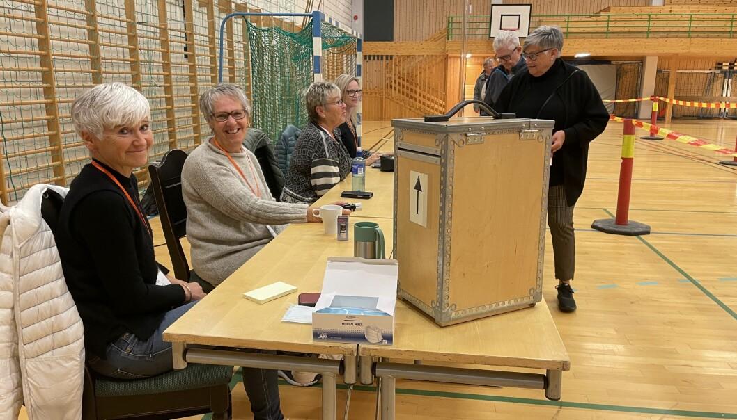 Guro Elise Husby Mogstad (f.v.), Britt Dalsegg og resten av røystestyret tek imot stemmer i Surnadal Idrettshall til klokka 20.00 måndag.