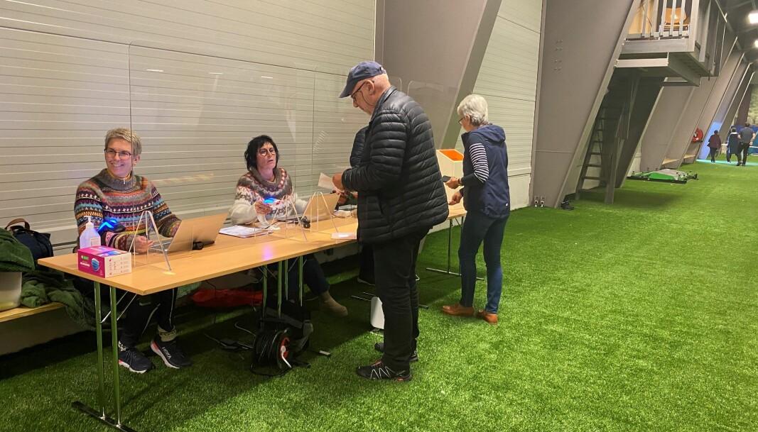 Jevn strøm av folk gjennom valglokalet i Rindalshallen.