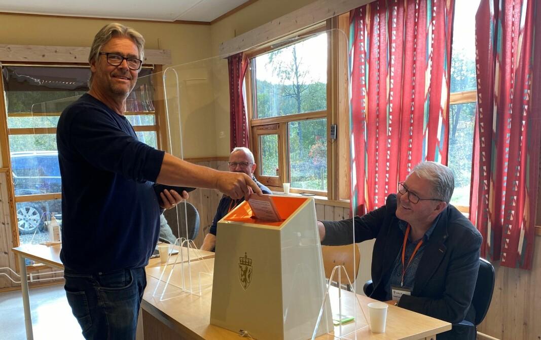 Elmer Talgø avgir sin stemme i valglokalet på Øvre Rindal barnehage. Ved valgurnen sitter Einar Lillegård fra stemmestyret.
