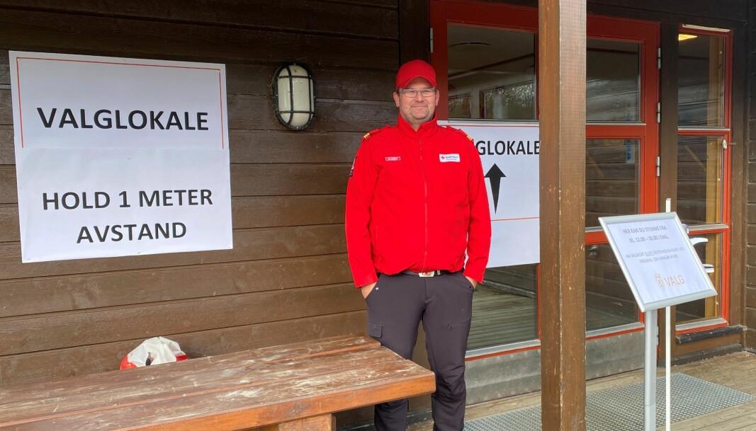Richard Halgunset fra Rindal Røde Kors Hjelpekorps passet på ved inngangen til valglokalet i øverbygda. Ved Rindalshallen var det folk fra omsorgsgruppa til Rindal Røde Kors som hadde den samme jobben.