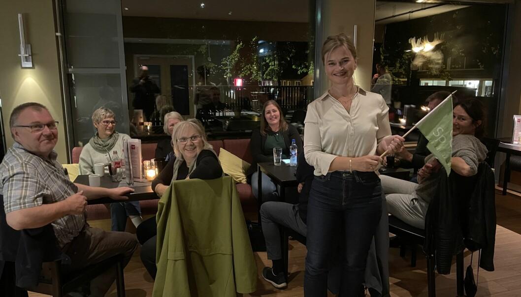 Ein fornøgd Sp-delegasjon på valvake i Musters Pub måndag kveld, med Surnadal-ordførar Margrethe Svinvik i spissen.