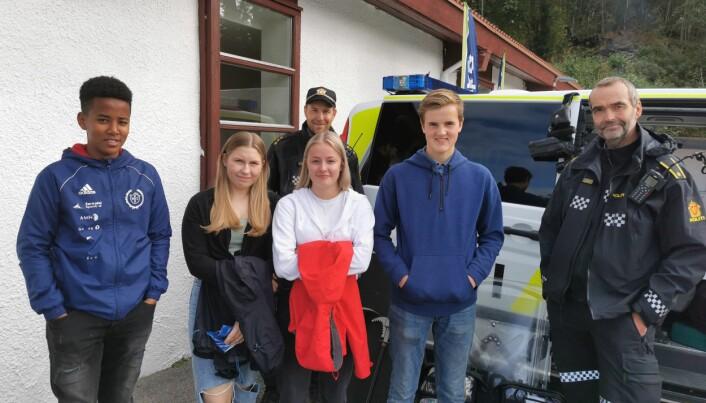 Sham Fisha, Emilie Lervik, Marlene Næss Vingsnes og Aundun Humberset fikk informasjon om politiyrket av Per Andreasen (til høyre) og Tor Hansen (bak)