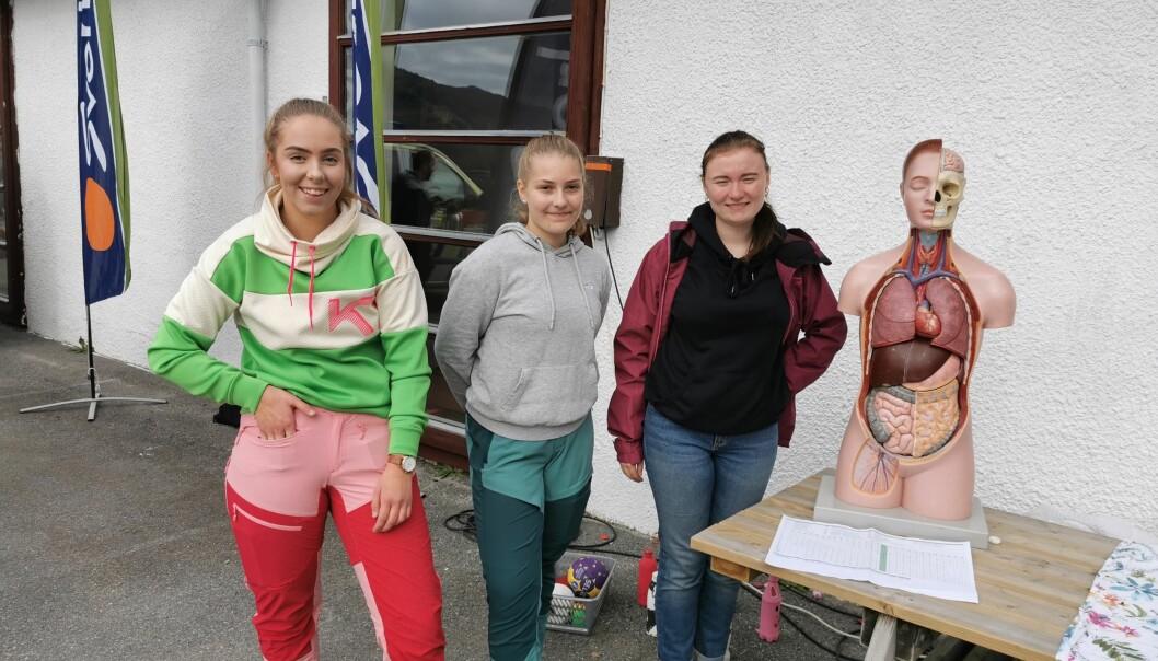 Disse damene fra Helse- og oppvekstlinja ved Surnadal Vidergående tok med torso: Ronja Henden, Rakel Mikkelsen og Stine Larsen Faksnes