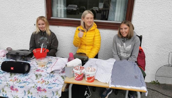Serverte bakels: Line Nordli, Marie Tonning Løvtangen, og Elise Røv