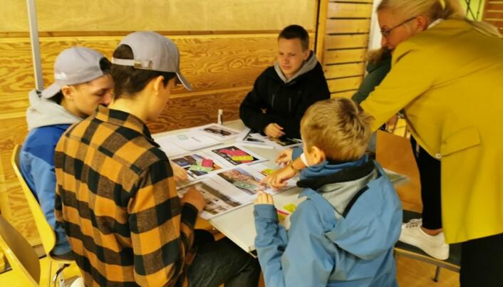 Sparebank1 Nordmøre stilte med budsjettøvelser. Liv Dalsegg instruerer