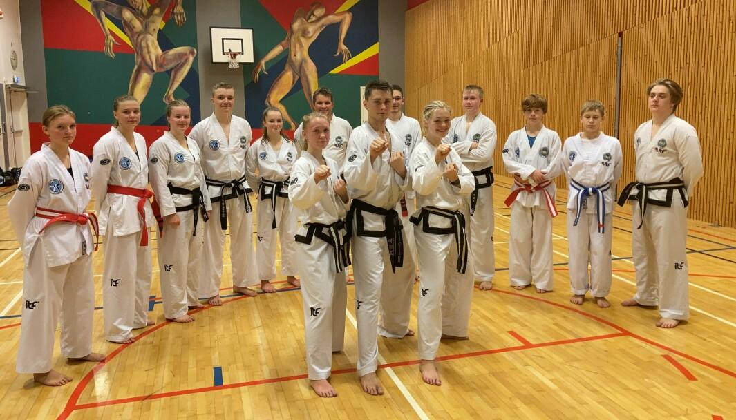 Flankert av treningskameratene, foran: Una Langeland Gravvold, Kristian Gjersvold og Aurora Dønheim Berle
