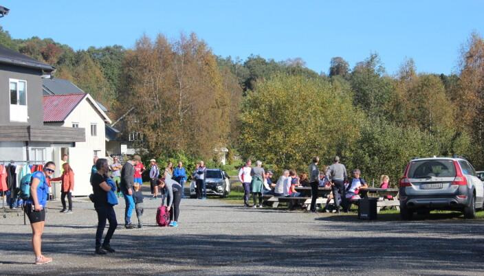 Mange møtte opp utenfor Torshall i det fine været denne søndagen