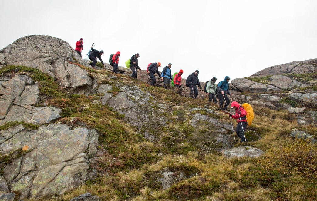 På vei ned fra Skorroskallen. Denne merkverdige fjellformasjonen består av dypbergarten peridotitt.