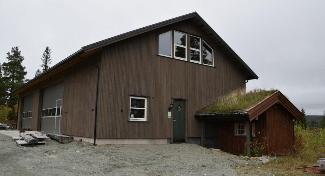 Her er det store bygget faktisk et påbygg til det lille foran... Det lille bygget huser drikkevannsanlegget. Det store er base for Trollheimshytter DA, med åpent toalett i enden av bygget.
