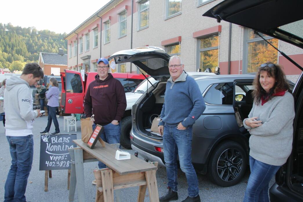 Kim Even Rugland (f.v.), Ola Helgetun og Elin Helgetun fra Bians Honning blant leverandørene til REKO-RINGEN i Surnadal i Rindal (arkivfoto).