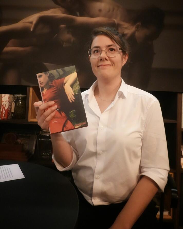 Stolt forfatter viser fram boka si. Med god grunn, når debutantboka blir antatt av forlaget Cappelen Damm.