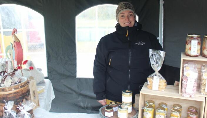Inger Lise Kvikne med lokale produkter fra Storkvikne Gråd