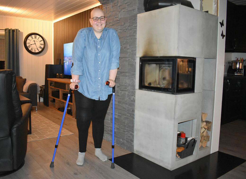 Lena er godt i gang med å lære seg å gå med protesen