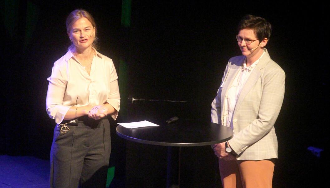 Ordførar og konferansier Margrethe Svinvik (t.v.) i samtale med Nina Torvik frå Opp & Ut.